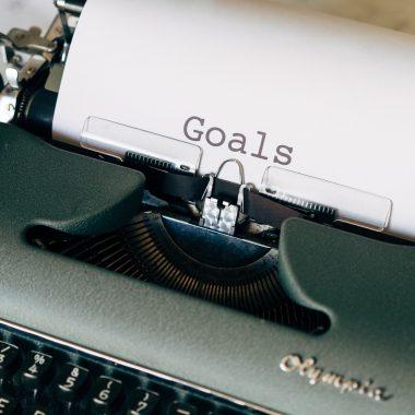 """Photo d'une dactylo vintage qui écrit """"goals"""" pour l'article connais-tu ton persona de Fais ta marque"""