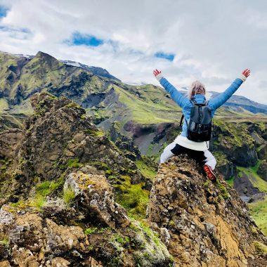 Photo d'une femme est au sommet de la montagne pour l'article une coach en image de marque de Fais ta marque